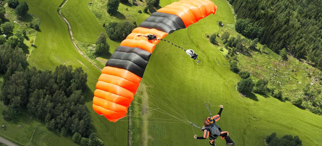 reiseforsikring mann flyr i fallskjerm