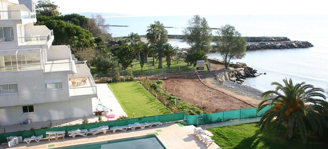 Bosatt i utlandet? Bildet viser bilde av hus ved sjøen på Kypros.