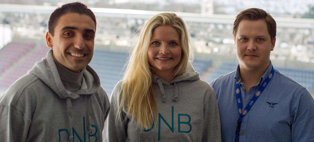 Bildet viser Moa sammen med DNBs sponsorsjef og kommersiell leder i VIF
