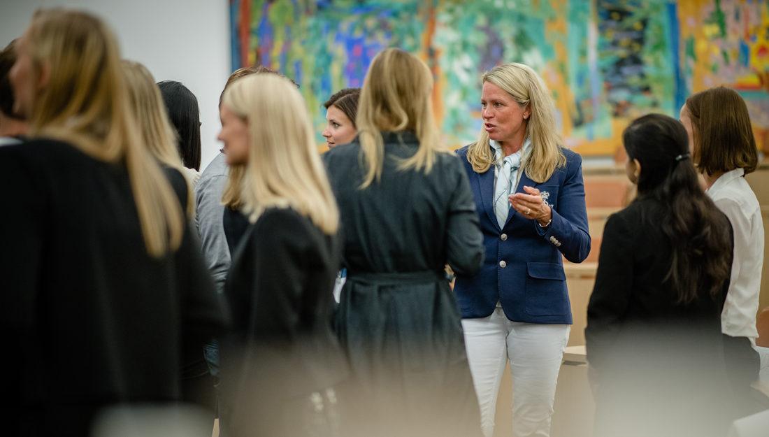 Bilde av Solveig Hellebust sammen med nyansatte graduates