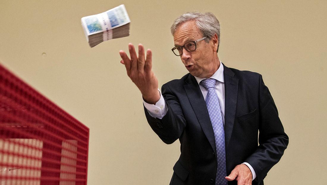 Bilde av sentralbanksjefen som makulerer gamle sedler