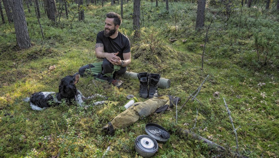 03522d90 REPARER, IKKE KAST: Hans-Petter Frøhaug er arktisk naturguide i Alta, så  jobbantrekket er ikke akkurat dress. Selv om klærne blir slitt, blir de  reparert så ...